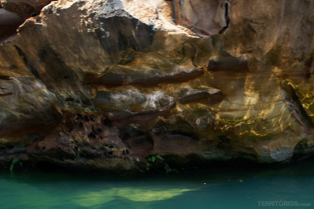 Reflexo nas paredes do cânon e a cor da água