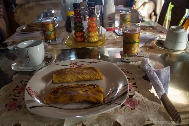 Panquecas e suco natural no café da manhã da Posada Ocean View