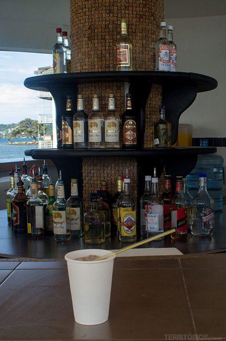 Bebida à vontade servida em copo de plástico