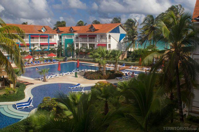 Vista do meu quarto para algumas das piscinas e arquitetura típica da ilha