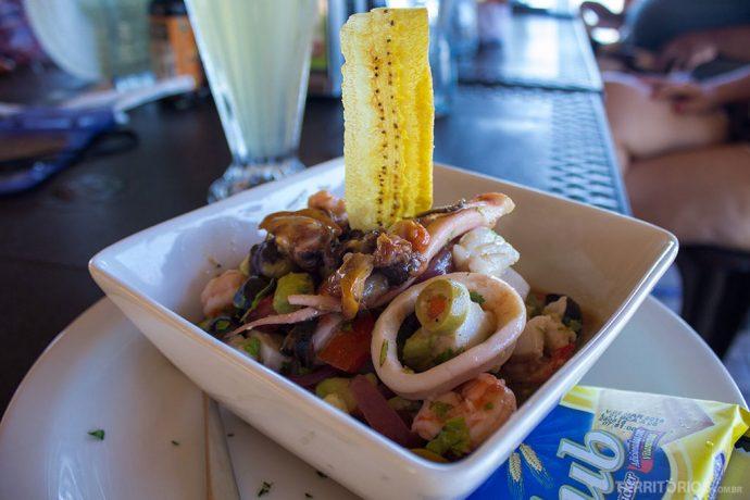 Mariscos e frutos do mar frescos com plátano frito no Acajutla