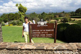 Eu na Linha do Equador com Mount Kenya entre nuvens ao fundo