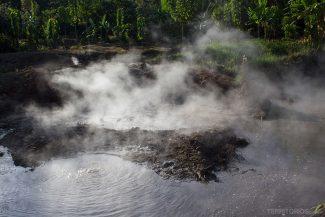 Água fervente e cheiro de enxofre no solo de Ahuachapán