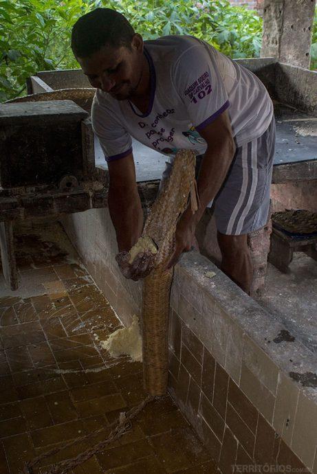 Demostração de como fazer farinha de mandioca na Casa da Farinha
