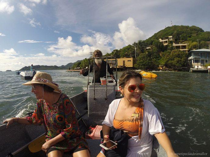 Betito nos levando no barco para a ilha da beleza