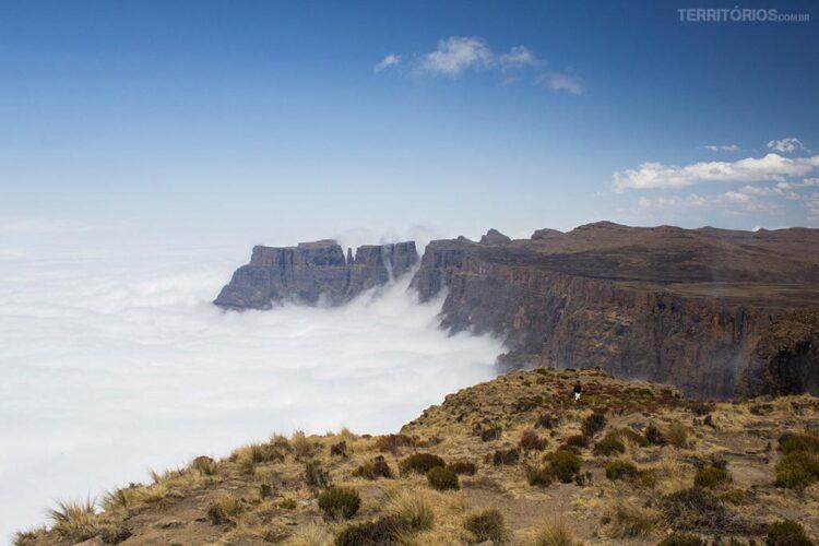 montanha mais alta da África do Sul acima das núvens
