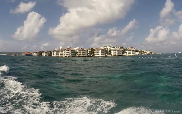 Prédios redondos vistos em alto mar