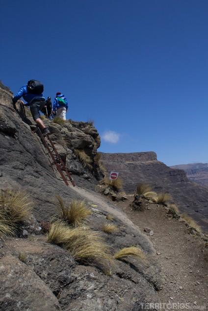 Alguns trechos tem escadas para subir nas rochas