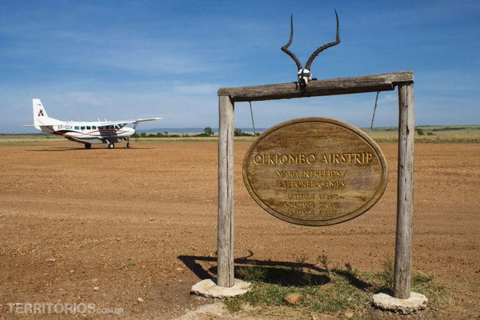 Avião pequeno e pista de pouso em Maasai Mara National Reserve