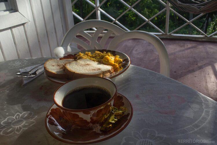 Café e torradas no café da manhã ao ar livre