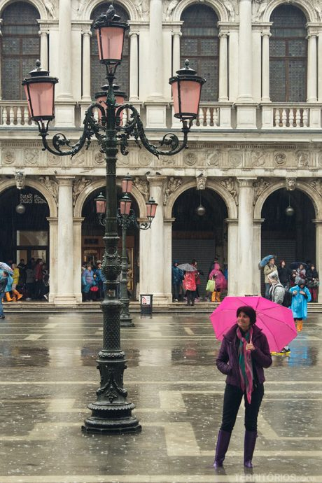 Vestida para caminhar na chuva
