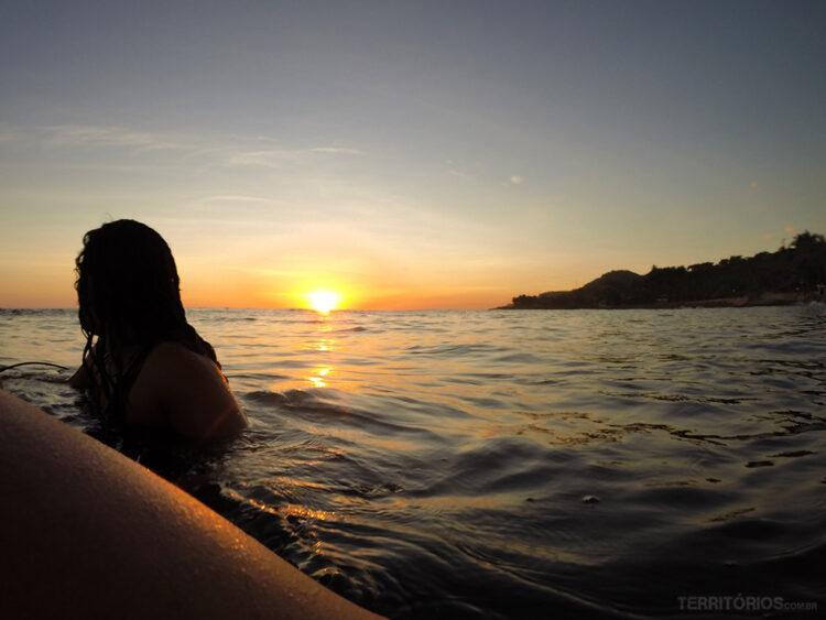 Momento pôr do sol no balanço do mar