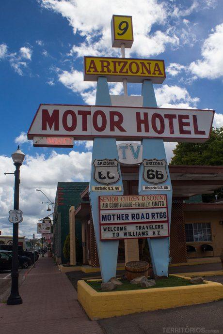 Sinalização de hotel de beira de estrada típica da Rota 66