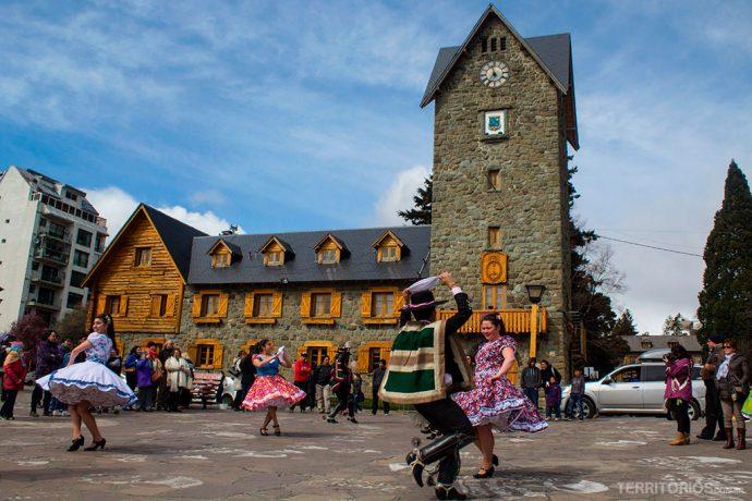 Dança típica na frente do Centro Cívico