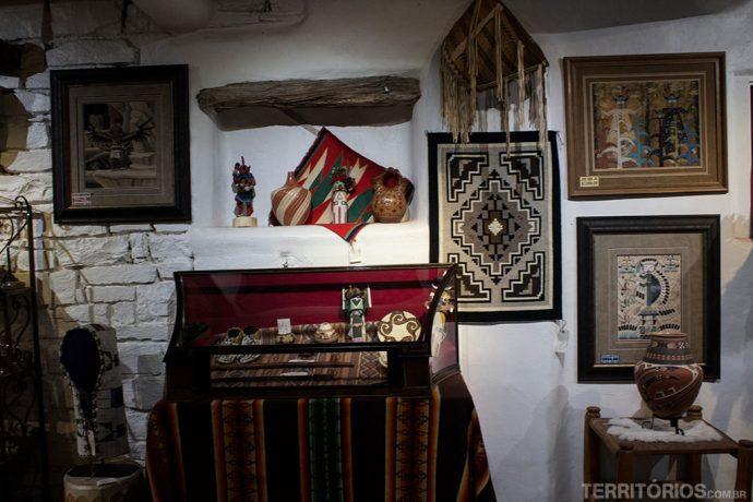 Parede da galeria com artesanato atual e relíquias