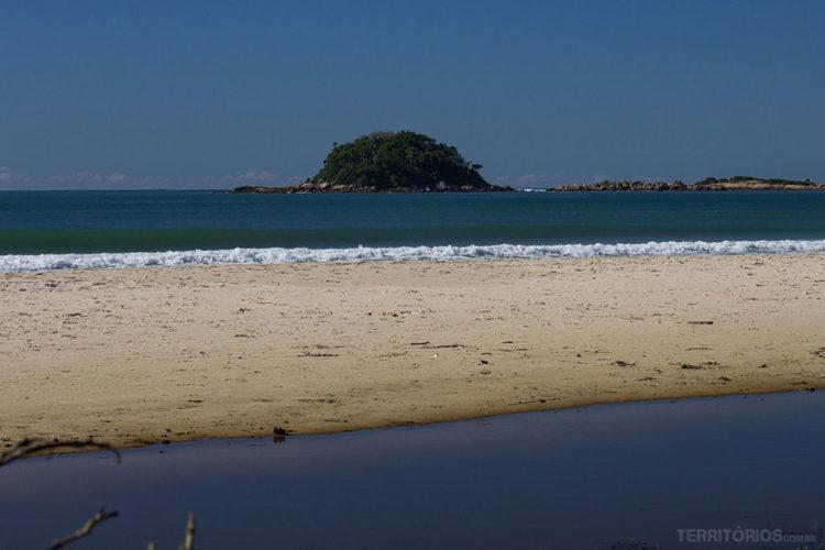 Ilha do Arvoredo em frente à Praia de Palmas do Arvoredo, Governador Celso Ramos, Santa Catarina - Brasil