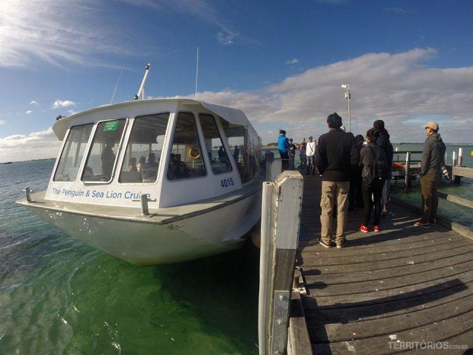 O ferry é protegido do vento e tem fundo de vidro