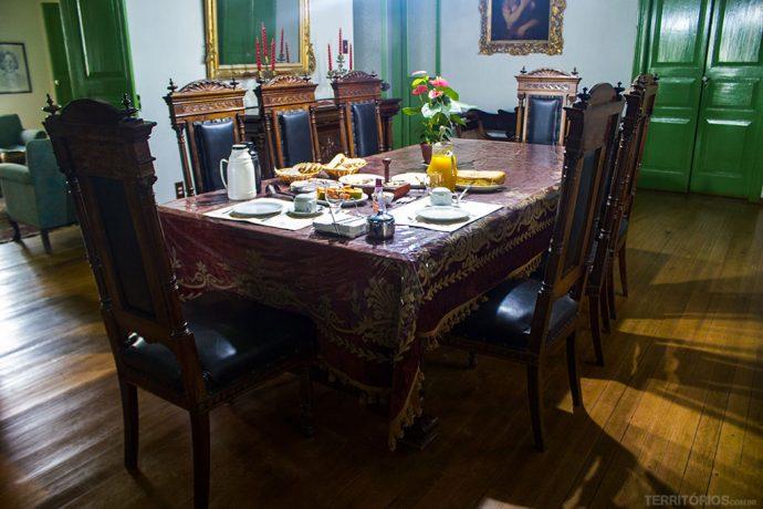 Namesa de jantar onde é servido o café da manhã até a toalha é centenária