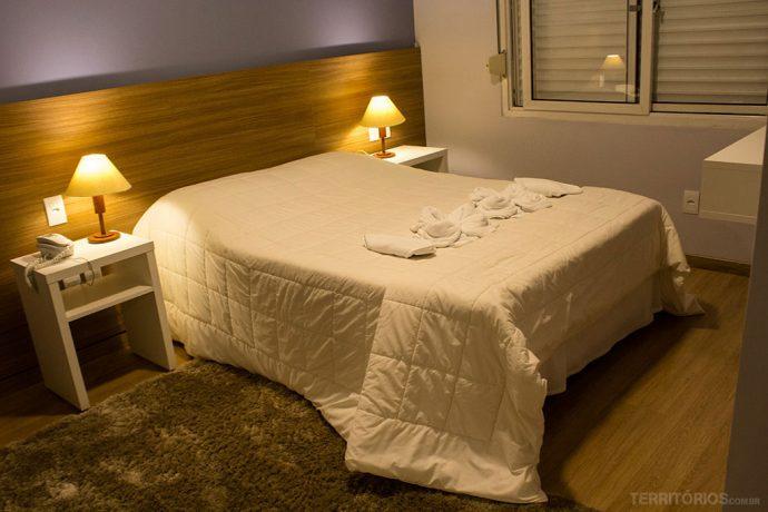 Cama de casal na suíte do Hotel Alexandre