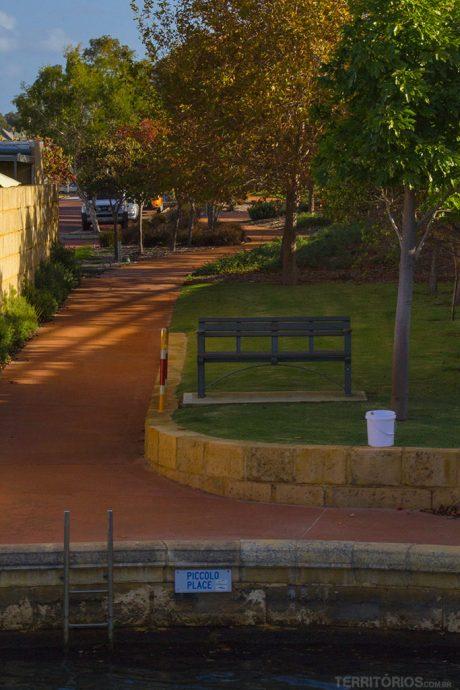 Aparência de uma rua que acaba no canal