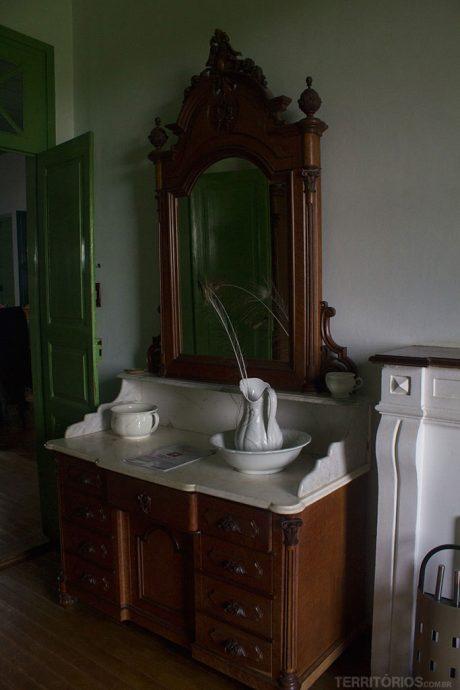 Penteadeira em um dos quartos com objetos antigos