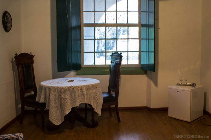 Mesa e frigobar dentro da suíte