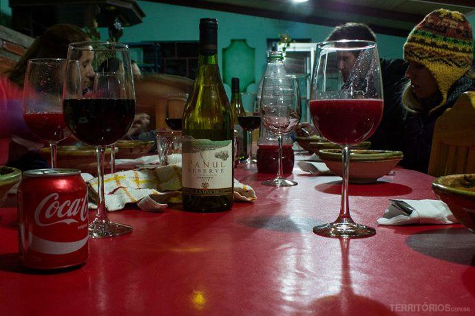 Junto com as comidas sempre são servidos bons vinhos, refrigerante e suco natural