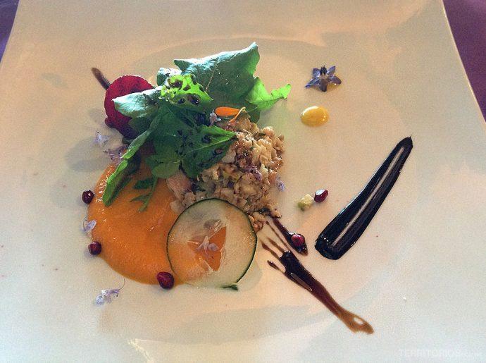 Tártar de camarão, maçã e noz sobre salada de cenoura e gengibre, folhas da horta e balsâmico