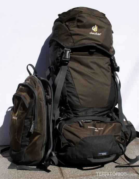Cargueira com a mochila de ataque ao lado