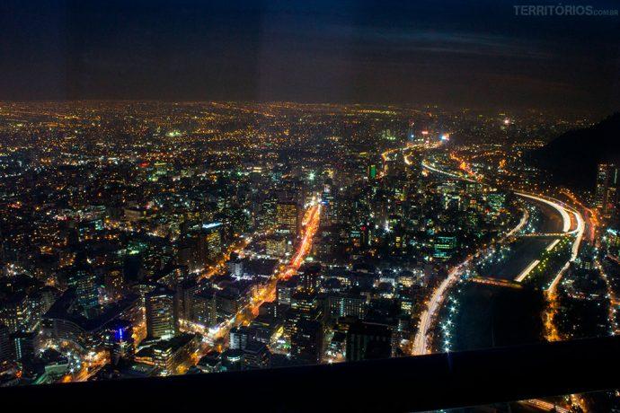 As luzes da cidade no passeio noturno do mirante mais alto da América Latina