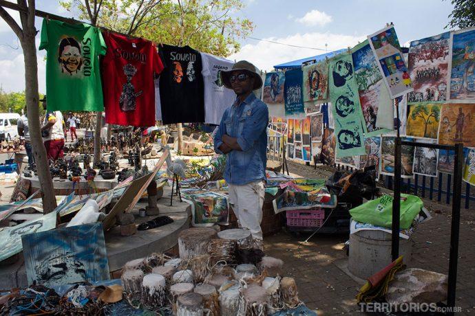 Vendedor na feira de artesanato