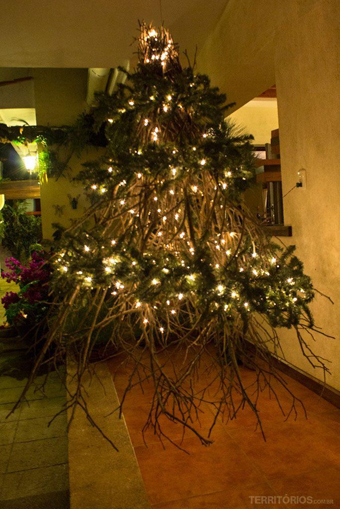 Árvore de Natal diferente pra decorar recepção do hotel