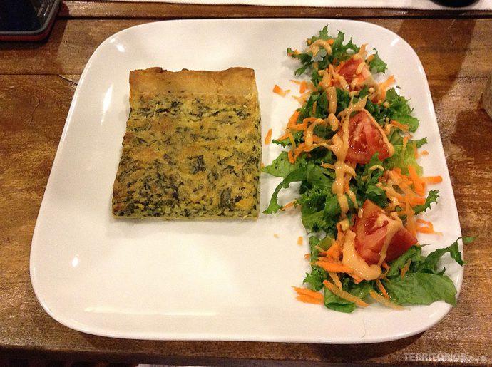 Quiche e salada no restaurante