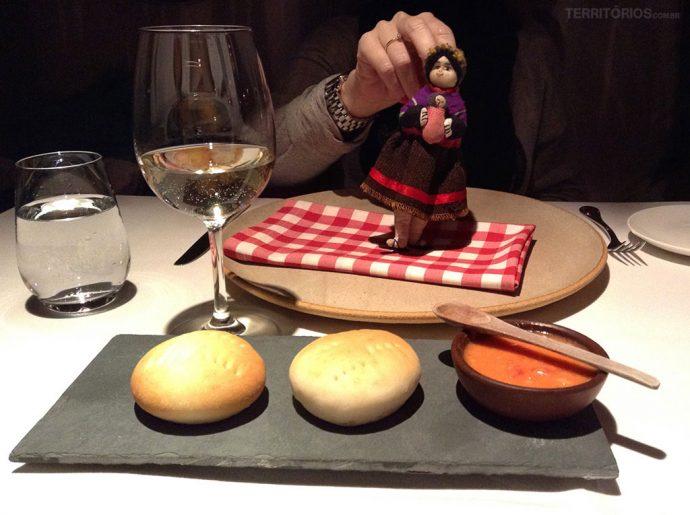 Boneca andina enfeita mesa do jantar e um dos pães especialidade do Awasi Atacama