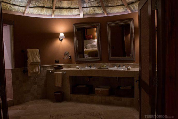 Amplo banheiro com duas pias nas cabanas do Awasi Atacama