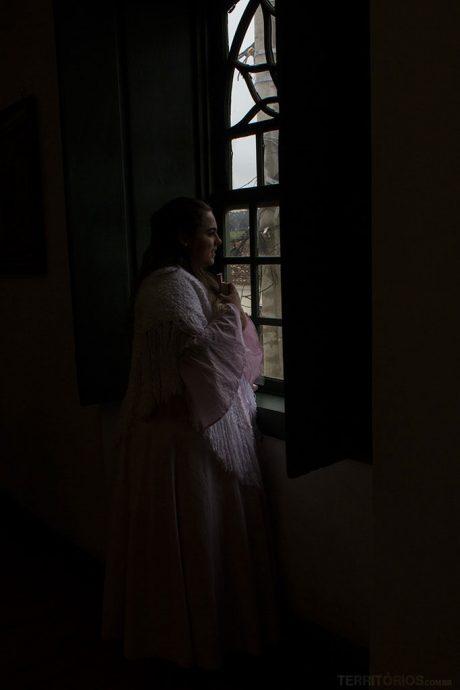 A personagem Manoela durante interpretação