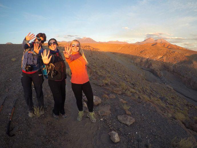 O trio de amigas comemorando 10, 5 e 3 anos de seus sites de viagem na Quebrada de Quezala