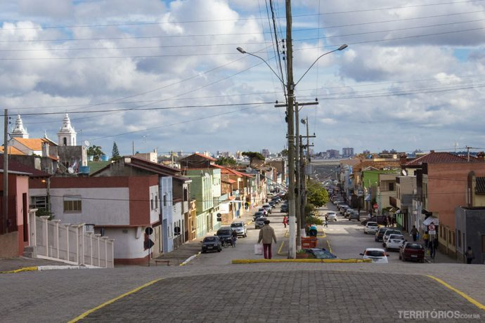 A rua principal tem vista para a cidade de Rio Grande, do outro lado da Lagoa dos Patos