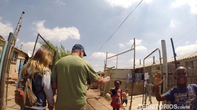 As crianças dando hi five na favela