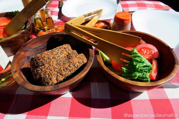 Pães e salada na mesa