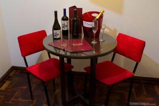 Catálogo com produtos e bebidas na mesa do quarto do Hotel Fenícia