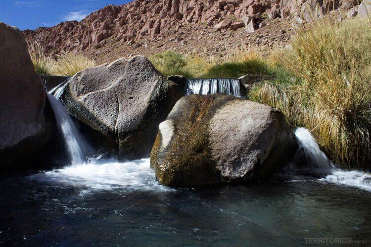 Queda d'água em uma das piscinas naturais de Termas de Puritama