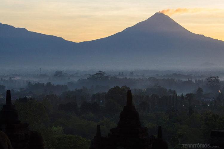 Nascer do sol em Borobodur, Magelang, Central Java - Indonésia