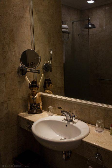 Banheiro tem potes de madeira masculino e feminino com amenidades por gênero