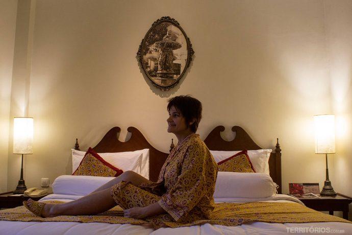 Roupão e chinelo do Phoenix Hotel na mesma estampa da roupa de cama