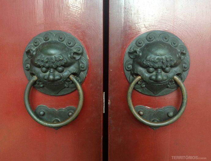 Maçanetas nas portas do templo
