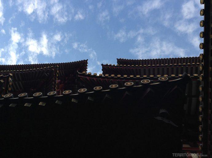 Detalhe nos telhados visto da fachada