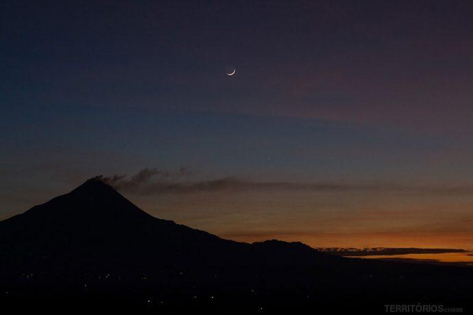 Vulcão ativo e lua crescente foram a primeira vista ao chegar ao topo