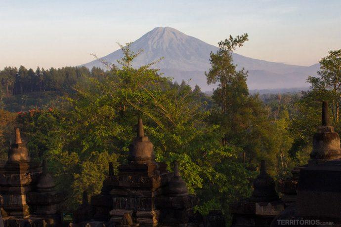 Vulcão inativo Monte Sumbing e as ruínas de Borobodur em Java, Indonésia