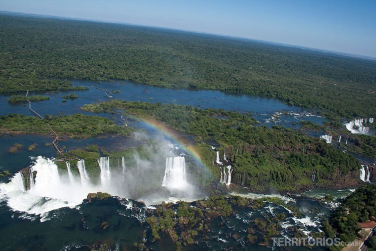 Cataratas do Iguaçu com arco íris